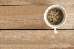Taza de café en el fondo de madera del vintage de la tabla en la visión superior Foto de archivo