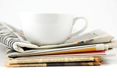 Taza de café en el periódico Fotos de archivo libres de regalías
