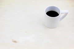 Taza de café en el tablero de madera Fotografía de archivo