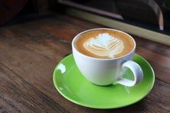 Taza de café en el vector de madera fotografía de archivo