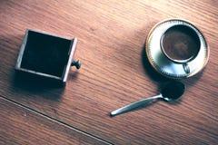 Taza de café en el vector de madera Foto de archivo