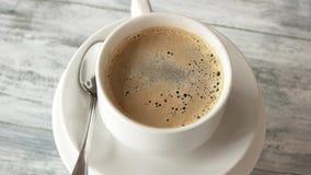 Taza de café en el vector de madera almacen de video