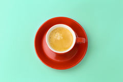 Taza de café en fondo azul Visión desde arriba Imagen de archivo