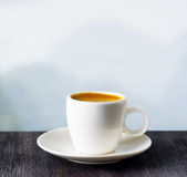 Taza de café en fondo de las montañas Fotografía de archivo libre de regalías