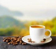 Taza de café en fondo de las montañas Imagen de archivo
