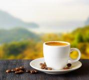 Taza de café en fondo de las montañas Fotos de archivo