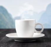 Taza de café en fondo de las montañas Fotos de archivo libres de regalías