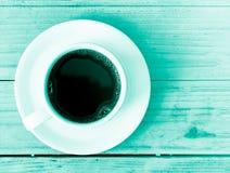 Taza de café en fondo de madera de la tabla Fotos de archivo libres de regalías