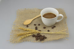Taza de café en fondo del aislante de la materia textil del yute Fotografía de archivo libre de regalías