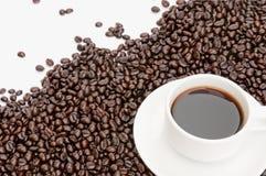 Taza de café en fondo del grano de café Imágenes de archivo libres de regalías