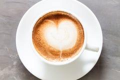 Taza de café en fondo gris Imágenes de archivo libres de regalías