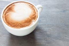 Taza de café en fondo gris Fotografía de archivo