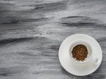 Taza de café en fondo gris Endecha plana Copie el espacio Fotografía de archivo