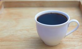 Taza de café en fondo de madera foto de archivo