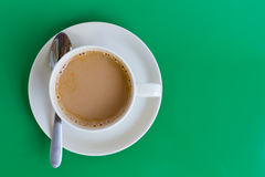 Taza de café en fondo verde Fotos de archivo