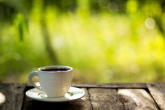 Taza de café en fondo verde Imagenes de archivo