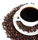 Taza de café en habas Fotos de archivo