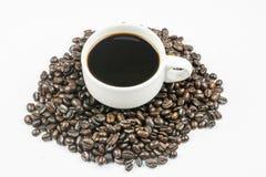 Taza de café en habas Fotos de archivo libres de regalías