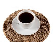 Taza de café en la bandeja del zarzo Fotografía de archivo