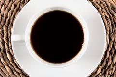 Taza de café en la bandeja del zarzo Fotos de archivo