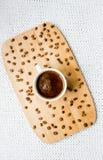 Taza de café en la bandeja de madera Fotografía de archivo libre de regalías