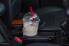 Taza de café en la consola del coche imagen de archivo libre de regalías