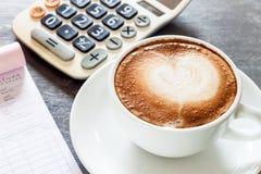Taza de café en la estación de trabajo Imagen de archivo libre de regalías