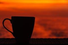 Taza de café en la naranja Fotos de archivo libres de regalías