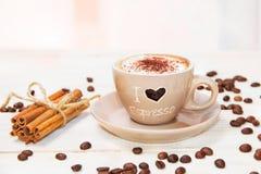 Taza de café en la tabla Fotos de archivo