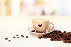 Taza de café en la tabla Foto de archivo libre de regalías