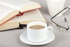 Taza de café en la tabla con dos libros Foto de archivo