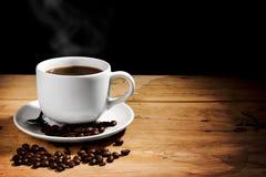 Taza de café en la tabla de madera Fotos de archivo libres de regalías