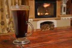 Taza de café en la tabla de madera Foto de archivo