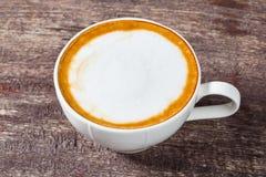 Taza de café en la tabla de madera vieja Imagen de archivo libre de regalías