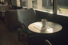 Taza de café en la tabla en el café Tono del color del vintage Foto de archivo