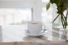 Taza de café en la tabla de mármol fotografía de archivo libre de regalías