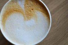 Taza de café en la tabla de madera, top Foto de archivo libre de regalías