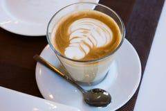 Taza de café en la tabla de madera, visión superior imagen de archivo libre de regalías