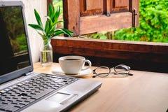 Taza de café en la tabla de trabajo stock de ilustración