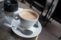taza de café en la terraza de bistros franceses fotografía de archivo libre de regalías