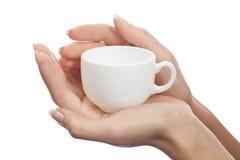 Taza de café en manos femeninas Imagen de archivo libre de regalías