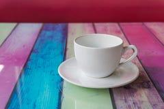 Taza de café en multicolor de madera de la tabla texturizada para el backgroun Fotos de archivo libres de regalías