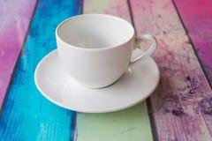 Taza de café en multicolor de madera de la tabla texturizada para el backgroun Fotografía de archivo libre de regalías