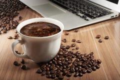 Taza de café en su mesa Foto de archivo libre de regalías