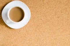 Taza de café en tablero del corcho Fotografía de archivo