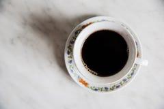 Taza de café en turke de madera de la tabla Fotografía de archivo
