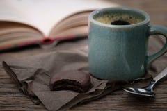 Taza de café en un escritorio de madera Imágenes de archivo libres de regalías