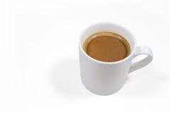 Taza de café en un fondo blanco con la trayectoria de recortes Imagenes de archivo