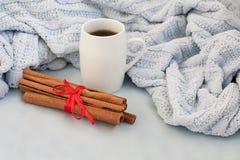 Taza de café en un fondo de la tela escocesa azul suave imagen de archivo libre de regalías