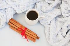 Taza de café en un fondo de la tela escocesa azul suave foto de archivo libre de regalías